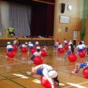 小学校でバランスボールの運動を指導しました。